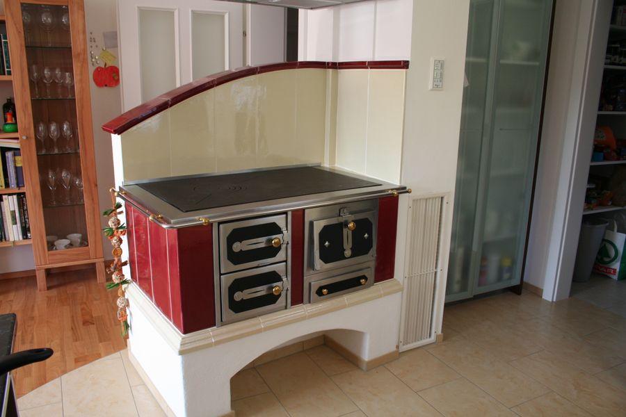 moderner Holzherd in rot und elfenbein