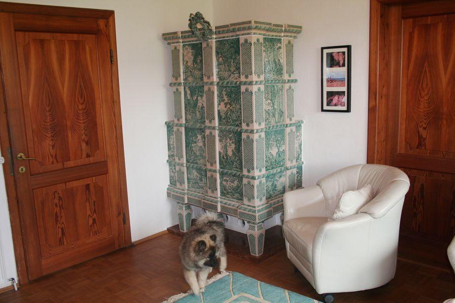 Rokokoofen nach Antoine Watteau mit Schäferszenen bemalt