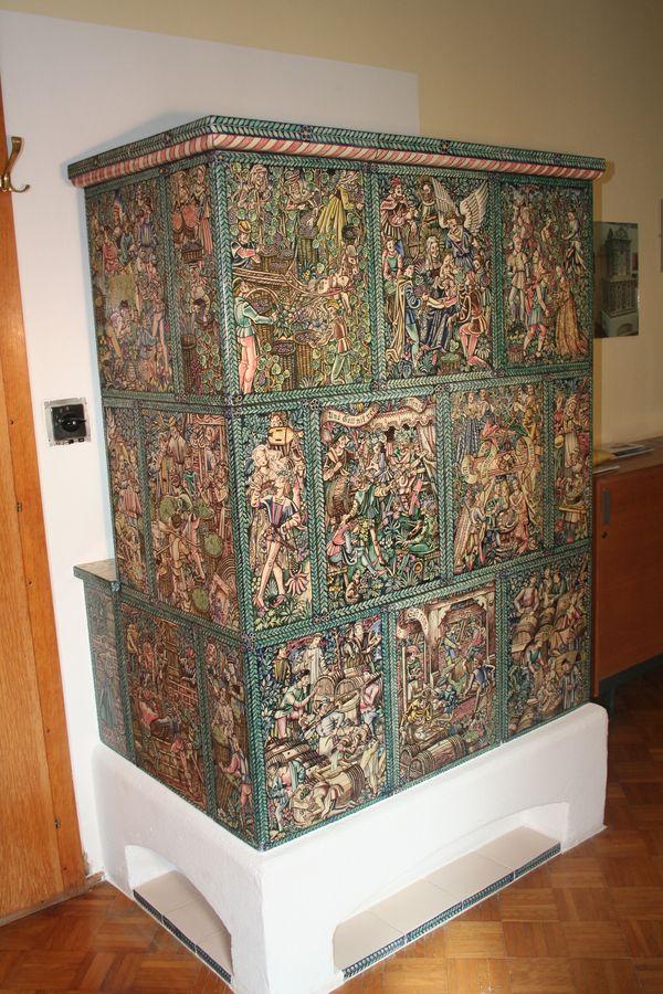 stark bemalter Kachelofen mit Motiven vom Weinbau, Weinbauofen aus dem landesmuseum oberösterreich