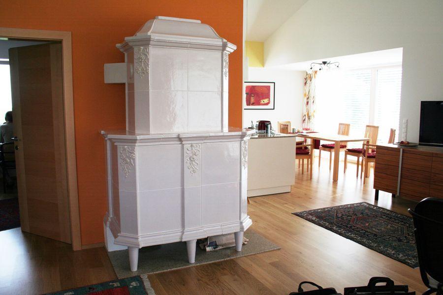 Stilofen in moderner Wohnung