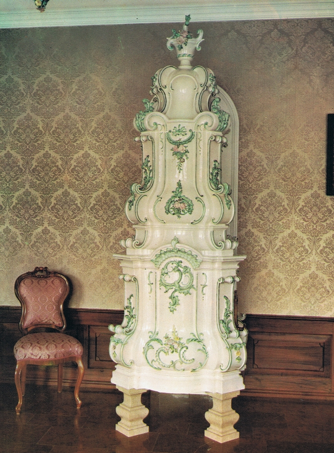 königlicher Kacheolofen in weiß und pastelltönen