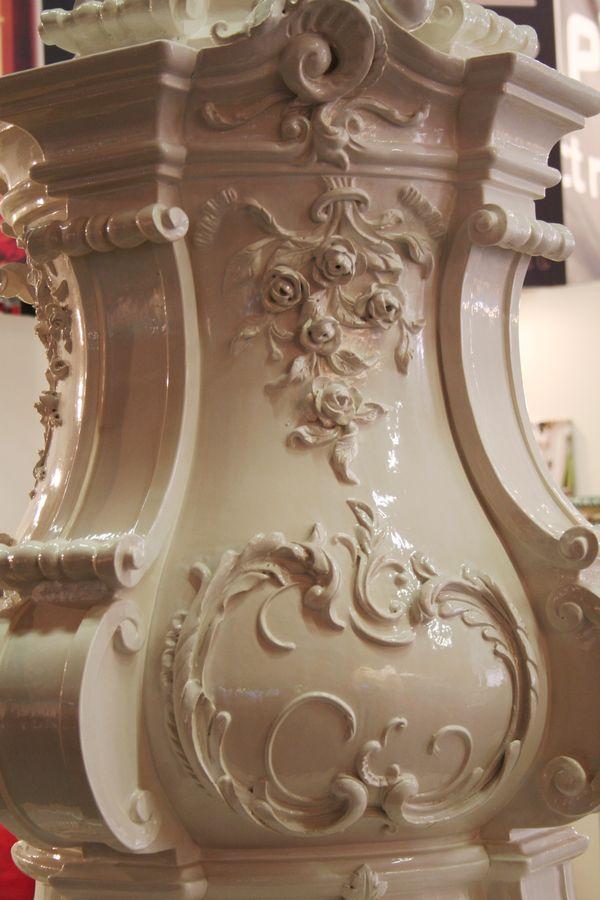 Detail von einem Rokokoaufbau in weiß