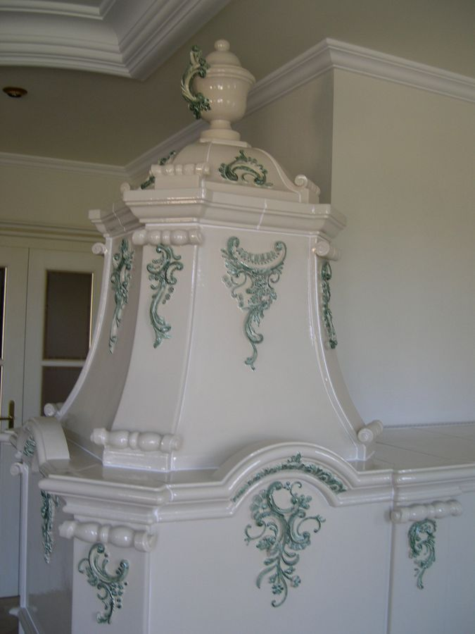 Rocaillen in grün auf weißen Ofen