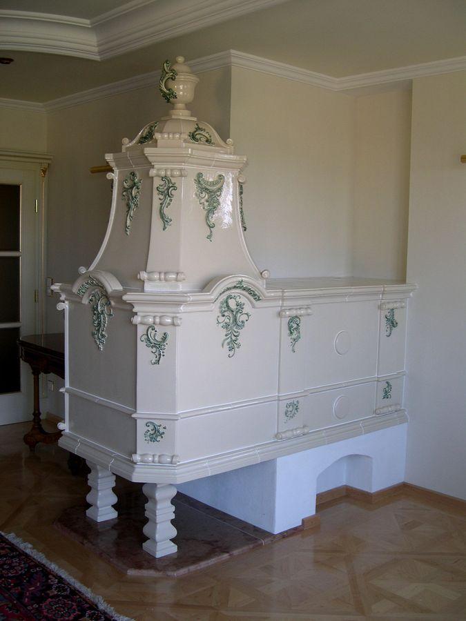 nobler Wohnzimmerofen mit plastischen Verzierungen in Pastelltönen