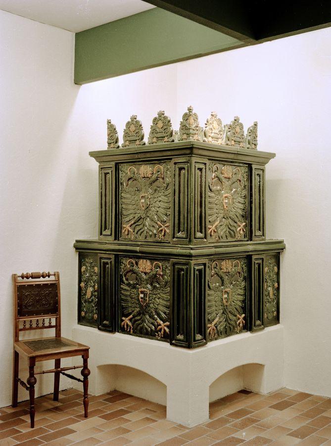 mächtiger renaissanceofen mit Doppeladler polycrom