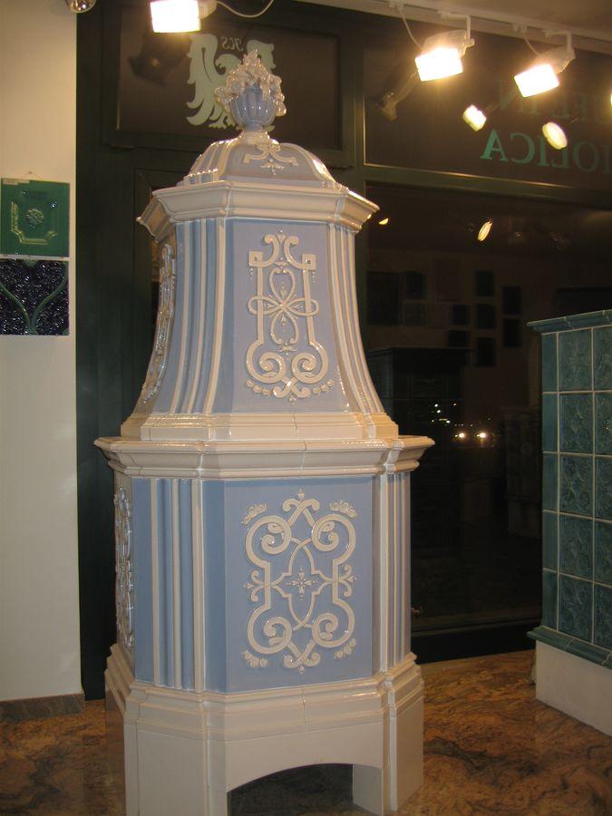 Barocker kachelofen mit Bandornament in taubenblau und schmelzweiß