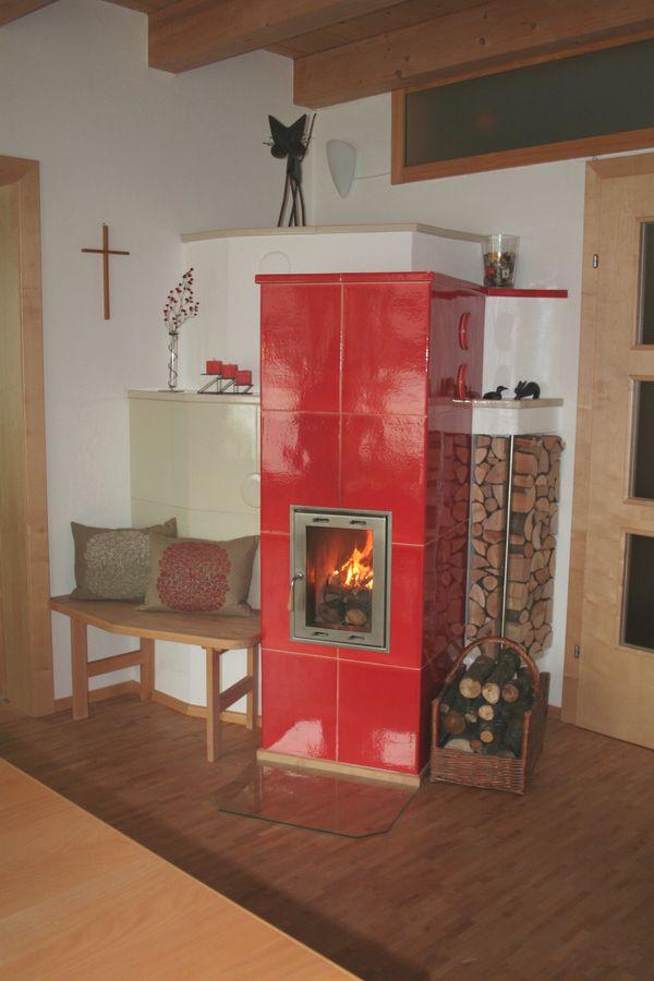 Design Kachelofen in Rot