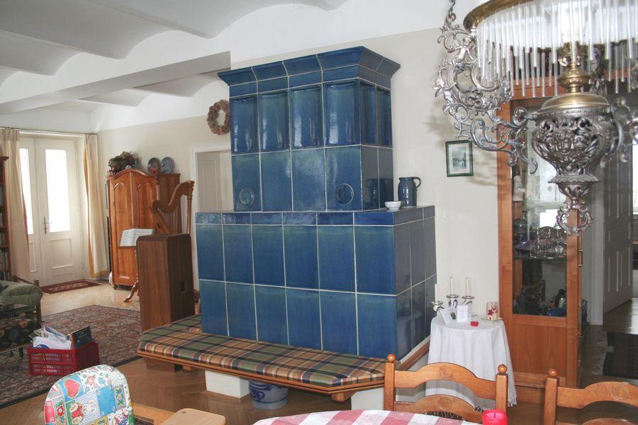 Kachelofen mit Sitzfläche blau