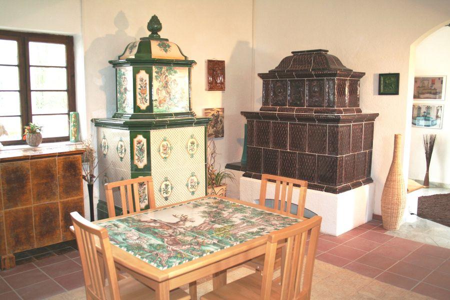 auch Kachelöfen mit handbemalten Dekor sind ausgesstellt