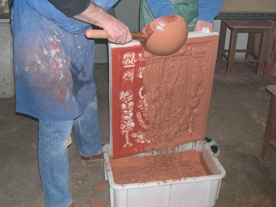 Glasurauftrag in alter Handwerkstradition