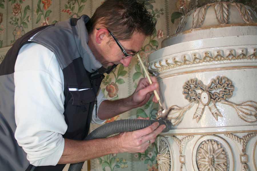sanfte Reinigung der historischen Kachelöfen