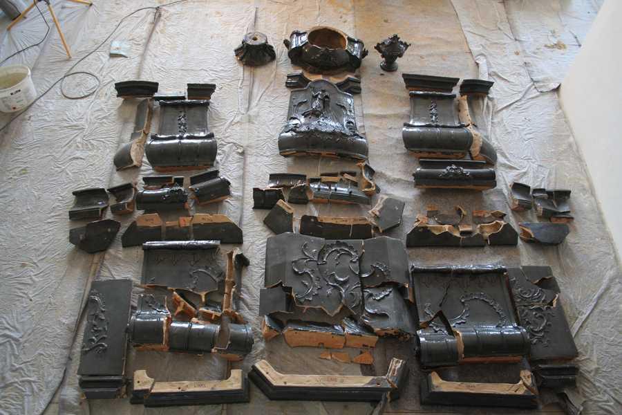 vor der Restaurierung in ca. 360 Einzelteile zerbrochen