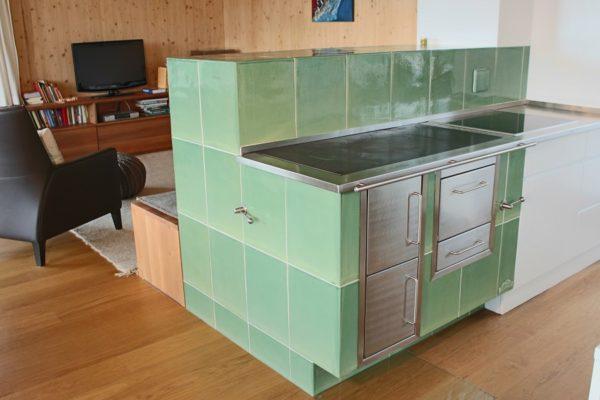 moderner Herd in Wohnküche in pastelgrün