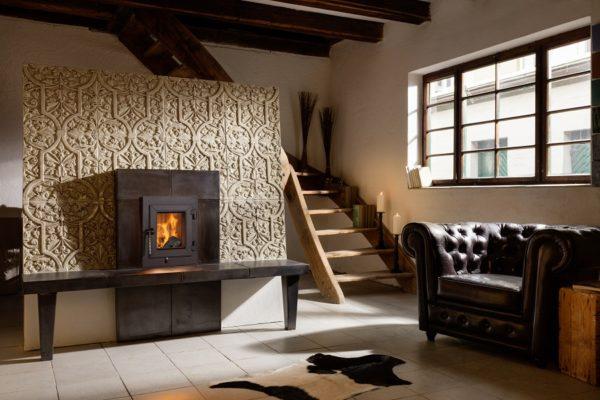 Kachelofen modern mit Sitzbank, Fenster und Tapetenkachel