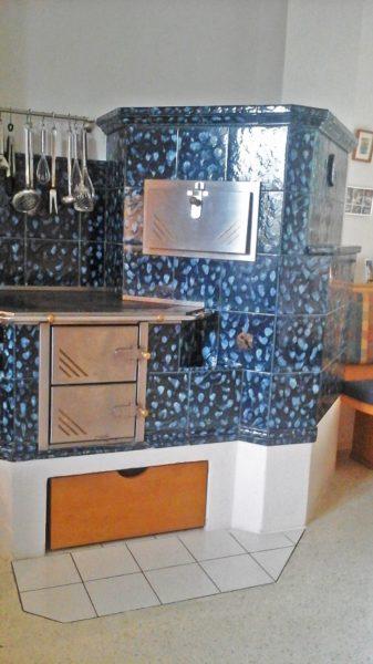 zeitloser Küchenherd in blau mit Kochplatte