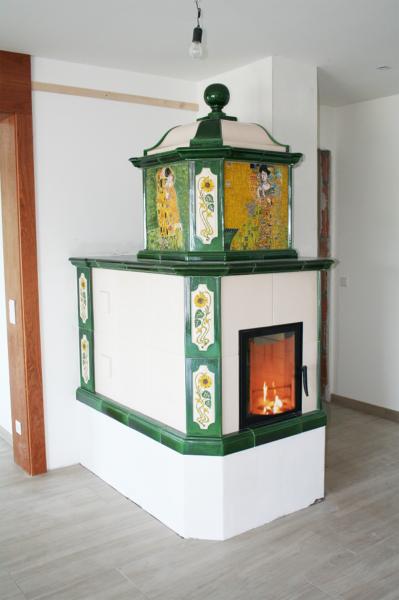 kachelofen mit Klimtmotiven bemalt, Sichtfenster, Klimt der Kuss