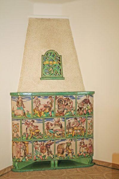Ofen mit Motiven aus dem Metzgerhandwek, Fleischhauer bunt bemalt
