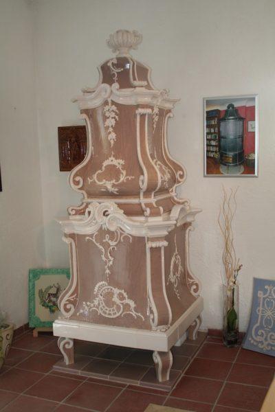barocker Kachelofen in braun weiß