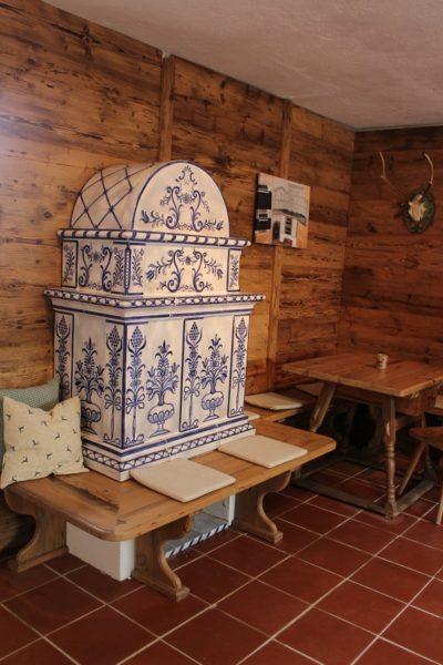 Almhütten Ofen, kachelofen für eine Urige Stube, handbeamlt im Sfruzerstil, Sfruzer Kachelofen