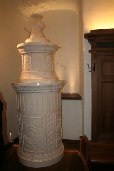 eleganter Kachelofen, runder klassizistischer Ofen