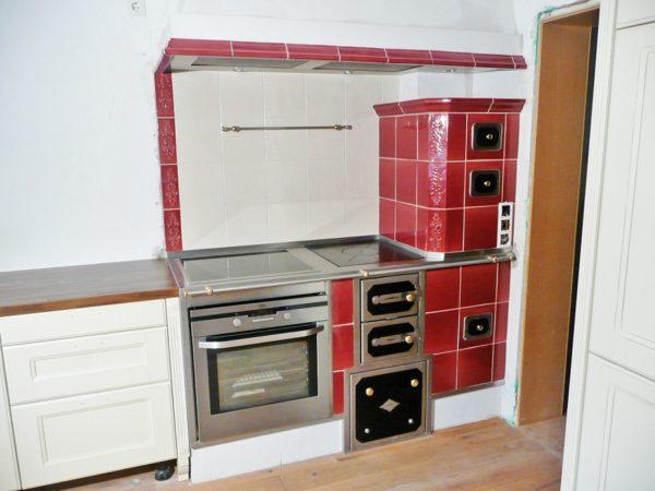 roter Kochherd mit Aufsatz