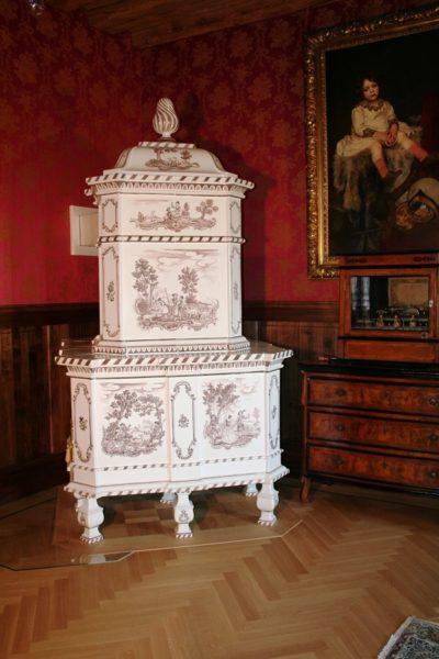 Prunkofen handbemalt mit Schäferszenen, Stilofen in einem Schloss