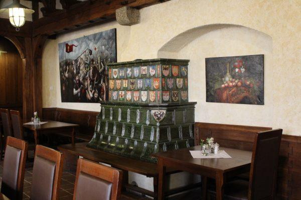 gotischer Kachelofen mit Wappenkacheln, Burgofen