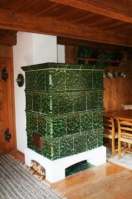 traditioneller Kachelofen in grün